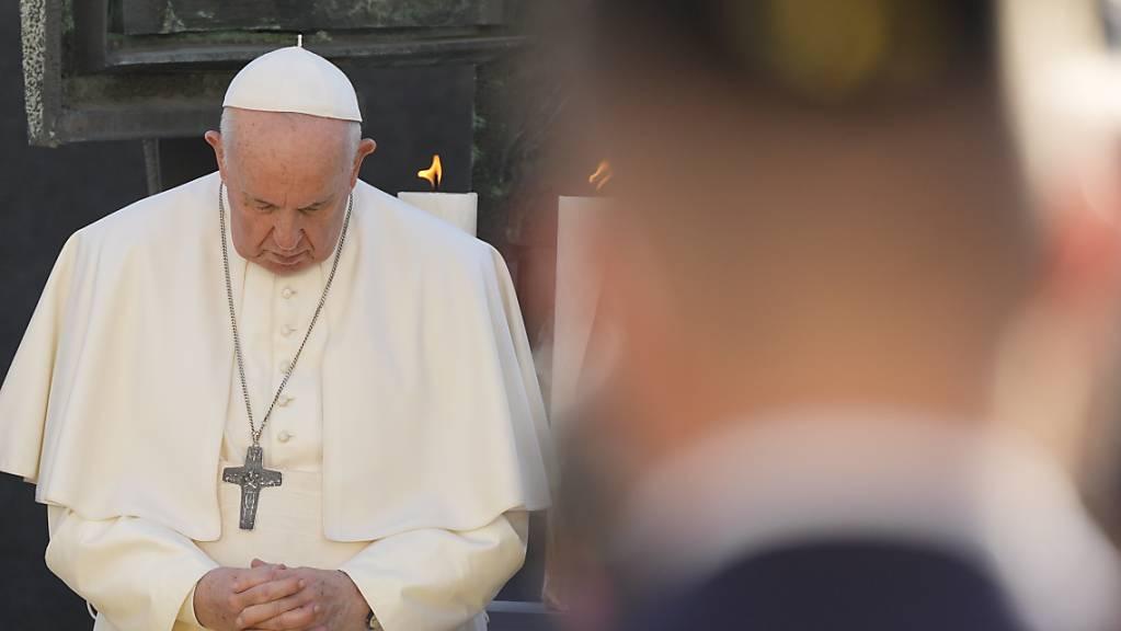 Papst Franziskus betet bei einem Treffen mit Mitgliedern der jüdischen Gemeinde. Auf seiner Slowakei-Reise hat das Oberhaupt der katholischen Kirche am Montag in der Bratislava Antisemitismus und Gewalt verurteilt.
