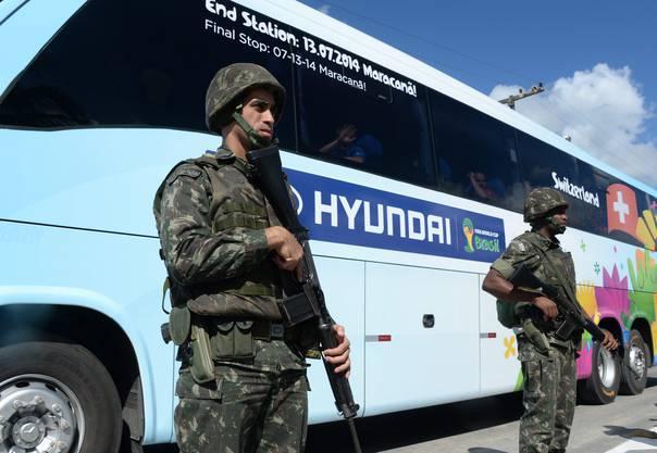 Der Bus der Schweizer Nati wird schwer bewaffnet bewacht am Flughafen von Porto Seguro.