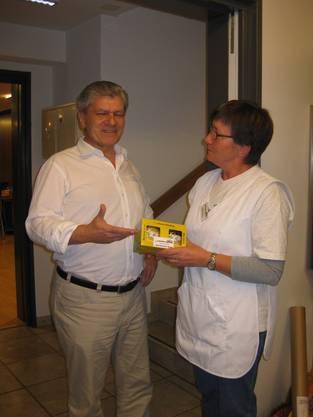Als Dankeschön zur 100. Spende überreicht die Präsidentin Käthi Steffen ein Präsent