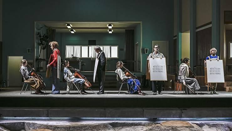 """""""44 Harmonies from Apartment House 1776""""  von Christoph Marthaler und Ensemble hatte am 5. Dezember 2018 im Schiffbau des Schauspielhauses Zürich seine Uraufführung."""