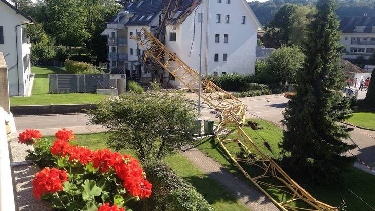 In Urdor stürtze ein Kran auf ein Wohnhaus an der Bahnhofstrasse.