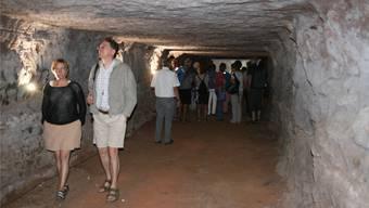 Fasziniert begutachten die Besucherinnen und Besucher den begehbaren Stollen.