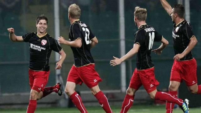 Benjamin Lüthi (links) lässt sich nach seinem Tor zum 1:0 feiern