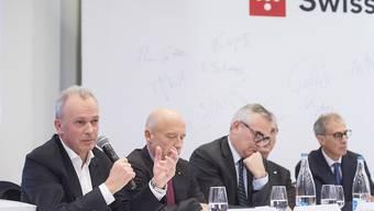 Swisscom-Chef Urs Schaeppi (links) präsentiert die Pläne für die Entwicklung einer digitalen Identität.