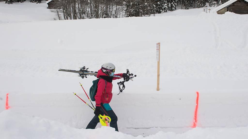 Ist Skifahren möglich oder nicht? Schweiz Tourismus will mit einer Internetseite für Wintersportler Klarheit schaffen, wo sie ihren Sport frönen können und wo nicht. (Archivbild)