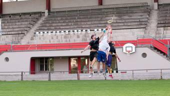 Die Freespeed-Spieler Philippe Schüpbach, Robin Brüderlin und David Moser (von links) üben sich im Frisbee-Luftkampf.  zvg/Florian kaeser