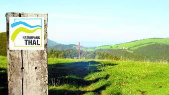 Das Logo und seine Landschaft: Mit dem Label soll der Naturpark Thal noch besser vermarktet werden. (Zvg/Fotomontage BAR)