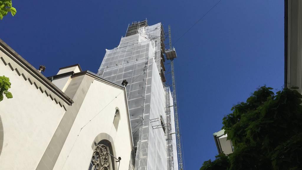 Die Unbekannten sind über das Gerüst auf den Turm gelangt.