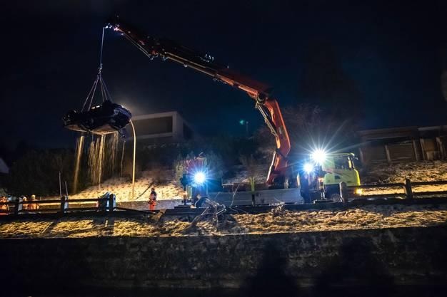 Das Unglück geschah auf der Artherstrasse in Oberwil bei Zug: Das Auto geriet ins Schleudern und kollidierte mit einem Zaun, ehe es im Zugersee landete.