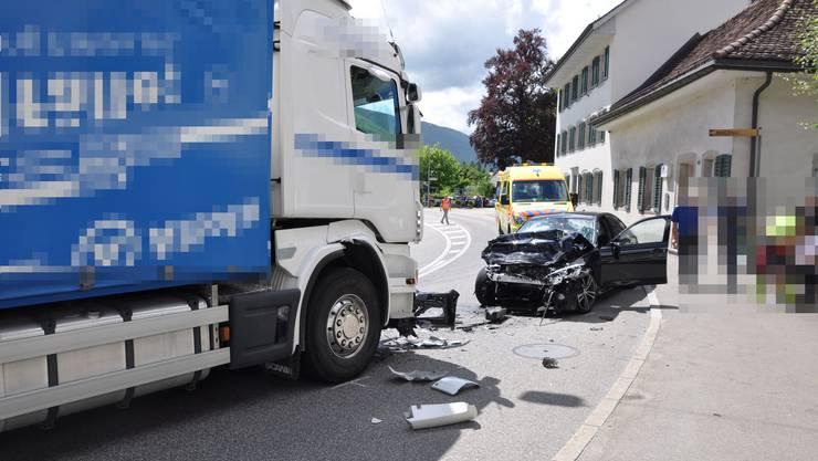 Der Autolenker prallte beim Überholen in einen Lastwagen, der ihm entgegen kam