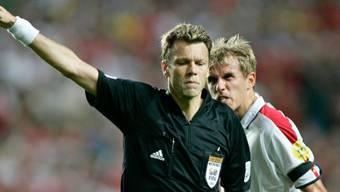 Im EM-Viertelfinal 2004 gegen Portugal der Buhmann der Engländer: Schiedsrichter Urs Meier.