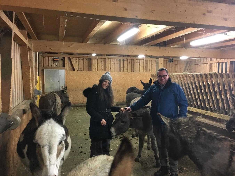 Christoph Graf und seine Partnerin Fabienne Bünzli mit ihrem Paten-Esel Ulysse (Bild: zVg)