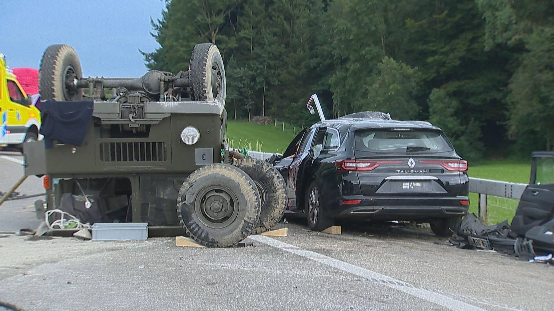 In diesem Renault Talisman sassen die beiden tödlich verletzten Frauen sowie die drei Schwerverletzten. (Bild: BRK News/Beat Kälin)