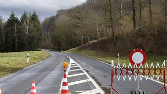 """Strassensperren gibt es nach dem Durchzug von Sturm """"Sabine"""" noch etliche in der Schweiz."""