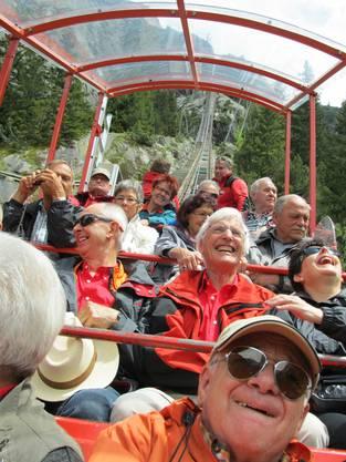 Gerlafinger Männerturner mit Ehefrauen vor der Bergfahrt mit der steilsten Standseilbahn Europas in der Grimselwelt.