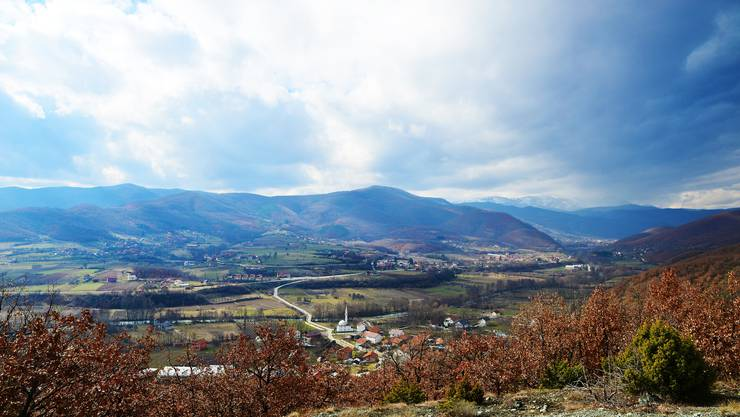 Der Blick über das Tal von Zubin Potok. Die Landschaft erinnert an das Schweizer Mittelland, wär da nicht die von Saudi-Arabien finanzierte Moschee.