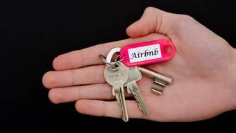 Welche Folgen haben Airbnb-Vermietungen für Städte? Auch im Sommer 2018 kommt es wieder zu lokalen Gegenreaktionen auf grosse Tourismusströme.