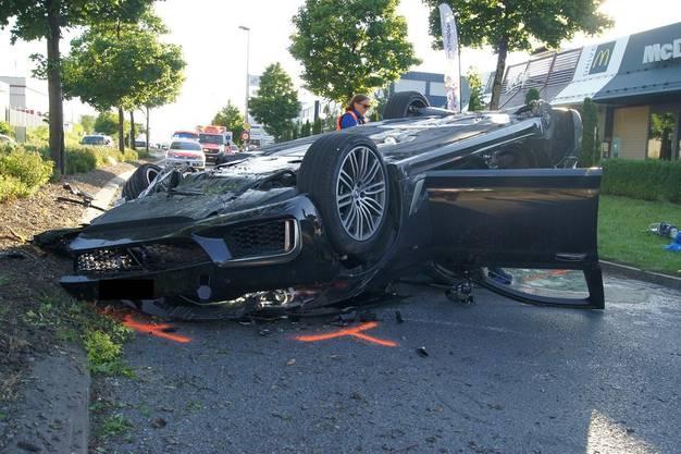 Ein Autofahrer ist mit seinem Auto in Sihlbrugg in einen Baum geprallt und auf dem Dach gelandet. Er blieb unverletzt, während sich seine vier Mitfahrenden leichte bis mittelschwere Verletzugen zuzogen. Das Auto ist schrottreif.