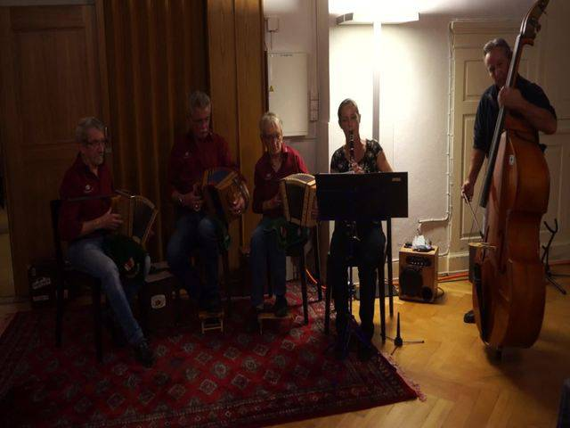 """Klarinettistin Heidi Fries und Bassist Max Peter musizierten mit einem Teil der Formation Schwyzerörgeler vom Föhrenwäldli - hier das Stück """"Birewegge-Polka"""""""