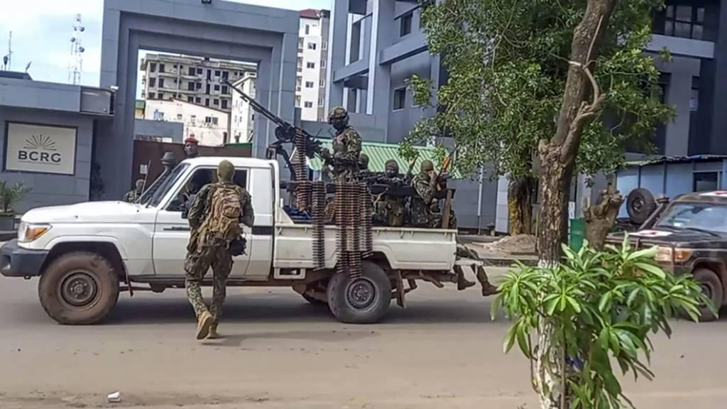 SCREENSHOT - Dieses Videostandbild zeigt nicht identifizierte Soldaten die in der Nähe des Büros des Präsidenten in Conakry, Guineas Hauptstadt, patrouillieren. Die Anführer der Putschisten haben Regierungsmitgliedern am Montag untersagt, das Land zu verlassen. Foto: Uncredited/AP/dpa