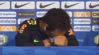 Neymar verlässt die Pressekonferenz mit Tränen in den Augen.