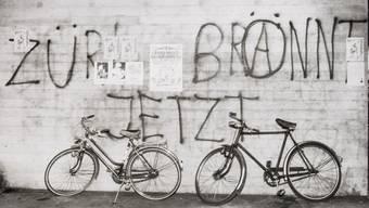 """""""Schmieren/Kleben"""": Fotos aus dem Archiv der Staatsschutz-Abteilung der Stadtpolizei Zürich"""