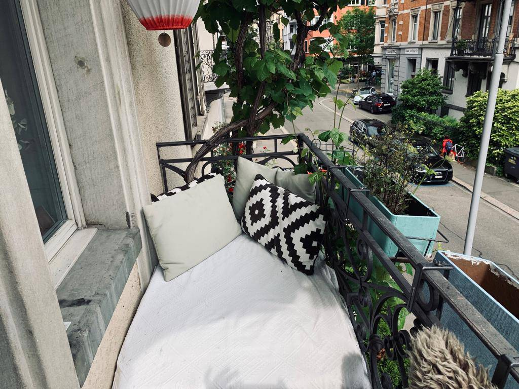Der schmale Balkon von Nick Laederach. (© Radio 24)