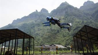 Ziemlich abgehoben: Jean-Yves Blondeau auf der Zielrampe am chinesischen Berg Tianmen.