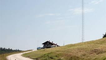Die 50 Meter hohe Windmess-Station auf dem Matzendörfer Stierenberg nahe dem gleichnamigen Restaurant auf dem Gemeindegebiet von Aedermannsdorf.