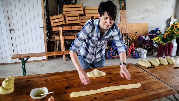 Az-Mitarbeiterin Verena Schmidtke wurde schon bei den Vorarbeiten für den Bauern-Brunch eingesetzt; hier ist sie im Schuppen am Zöpfebacken.
