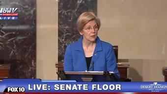 Ab Minute 0.16: Hier wird Senatorin Elizabeth Warren mitten in ihrer Rede gestoppt.