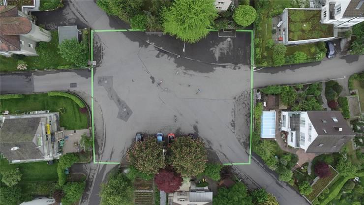 Auf dem Wallerplatz wurden grüne Linien aufgezeichnet. Sie dienen der Sensibilisierung der Autofahrer für spielende Kinder. Diese sind auf der von einer Drohne aufgenommenen Foto auf der Mitte des Platzes schwach erkennbar. Simon Härdi