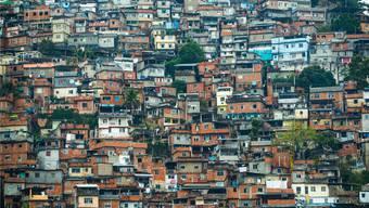 Ein Blick auf die Rocinha: Eng bebautes, hügeliges Land mit unzähligen Einwohnern. Die Olympischen Spiele interessieren hier kaum, wie der in der Favela geborene Marcos Rodrigo erklärt.Keystone/Robert Harding