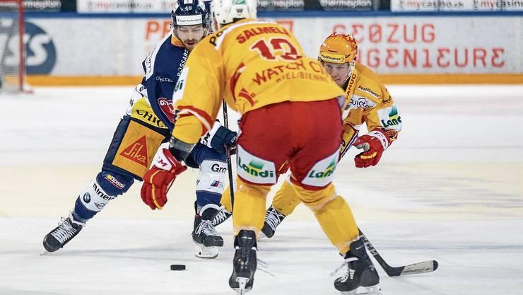 Zugs Lino Martschini behauptet sich gegen die Bieler Anssi Salmela und Topskorer Toni Rajala.