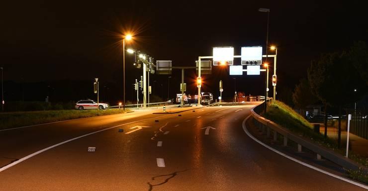 Opfikon ZH, 31. Juli: Bei einem Selbstunfall mit einem gestohlenen Roller stirbt ein 16-Jähriger. Ein 19-Jähriger erleidet schwerste Verletzungen.