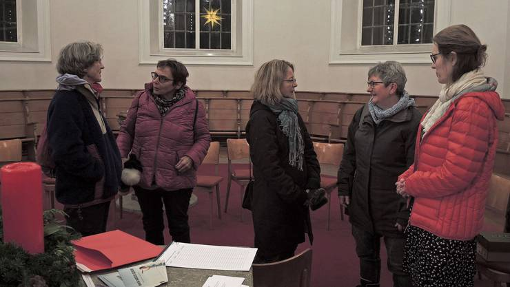 Malu Strauss (rechts) diskutiert mit Teilnehmerinnen in der Stadtkirche Brugg über das Schenken.