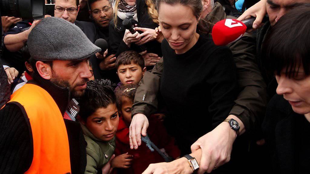 Der Andrang ist gross, als Angelina Jolie das Flüchtlingslager in Piräus besucht.