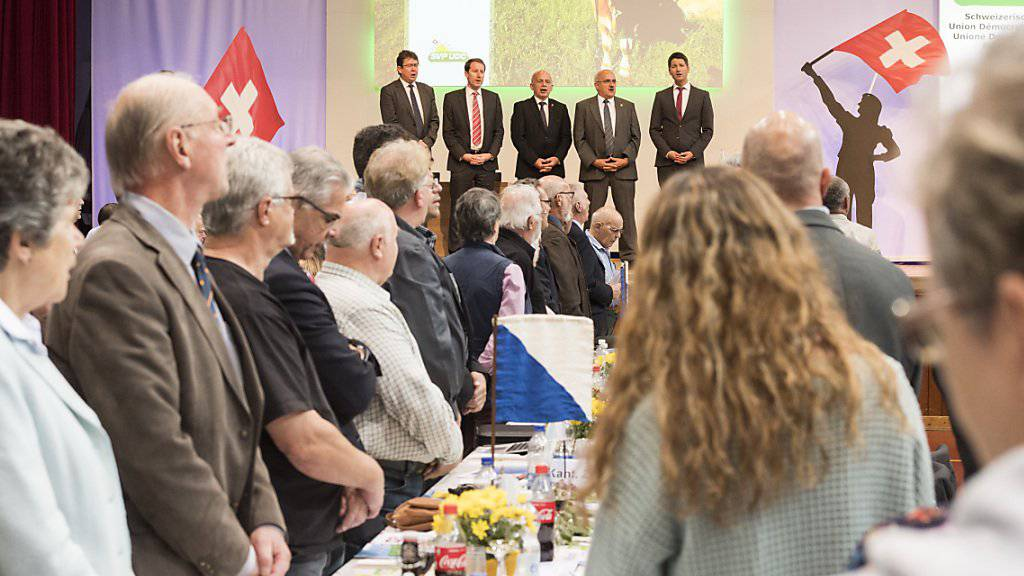 Delegierte der SVP stimmen bei ihrer Versammlung in Frauenfeld die Schweizer Nationalhymne an. Die Volkspartei beschäftigte sich mit dem Thema «radikaler Islam in der Schweiz» und rief zu einer Nulltoleranzpolitik auf.