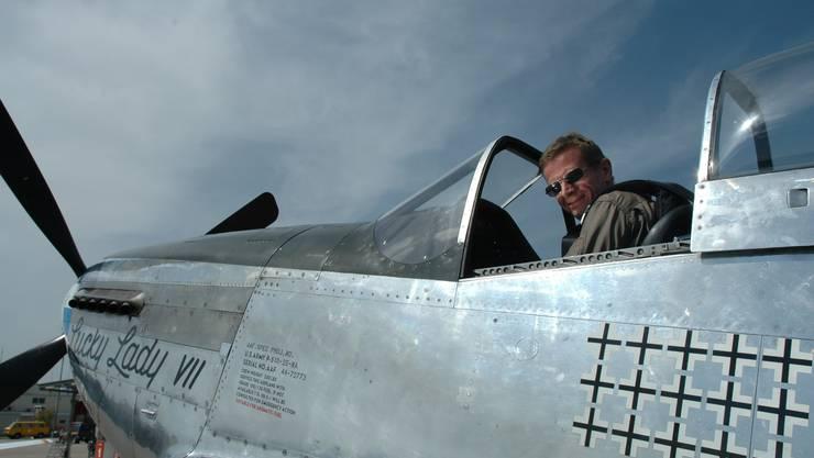 Christoph Nöthiger macht sich im P-51 Mustang bereit zum Demonstrationsflug in Môtier