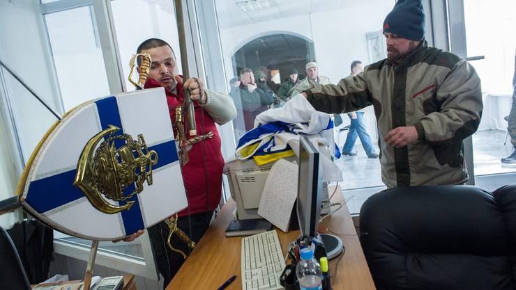Das Wappen der ukrainischen Marine auf der Krim wird entfernt. Alles wird nun russisch.