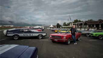 Haben fast den gleichen Jahrgang: René Suter und sein Ford Mustang - am Mustang-Treffen auf dem Birrfreld.