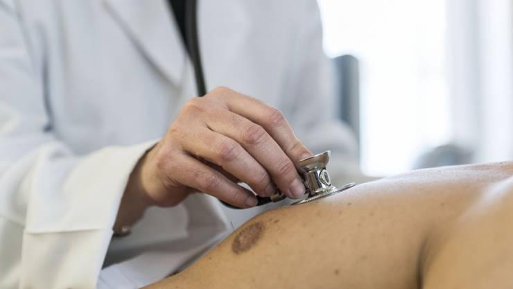 In der Altersklasse unter vierzig Jahren sind die Ärztinnen in der Überzahl. Ab dem vierzigsten Lebensjahr kippt das Verhältnis zugunsten der Männer. (Symbolbild)