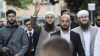 Die Angeklagten Naim Cherni (v.l.), Qaasim Illi und Nicolas Blancho erschienen zum Prozessauftakt Mitte Mai gemeinsam. (Archiv)