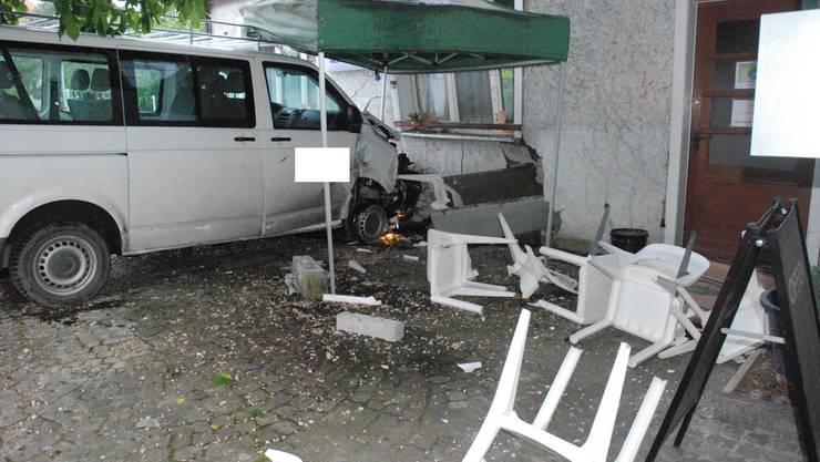 Der verlassene VW-Bus vor dem Restaurant Oeschbrücke