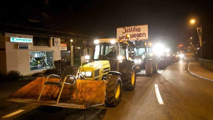 Junge Bettwiler fahren mit Traktoren auf.