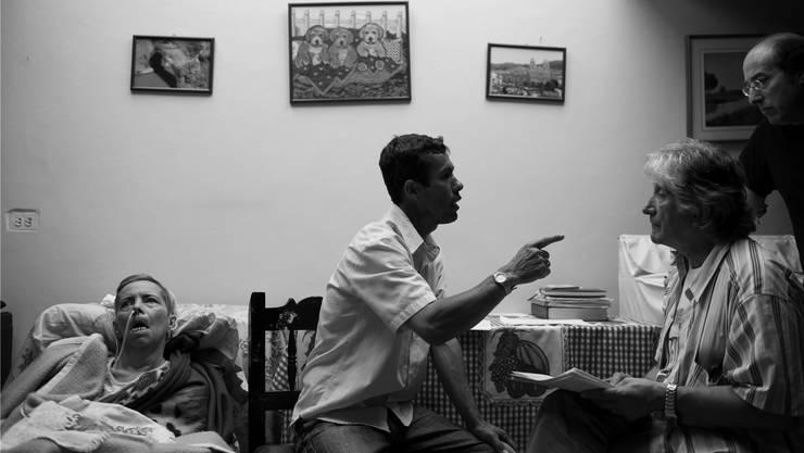 Plötzlich wichtig für die Alzheimerforschung: Menschen mit der vererbbaren Frühform aus dem kolumbianischen Dorf Yarumal. Arzt Lopera (2. von rechts) mit Patienten.