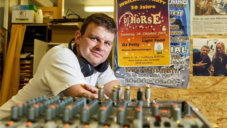 Daniel Wisard alias DJ Horse im Studio des Internetsenders «Radio Blitz» in Grenchen.
