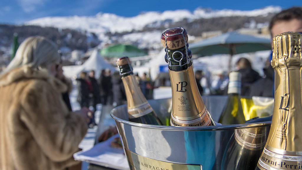 Der Reichtum der Milliardäre nimmt auch in der Schweiz zu: Champagner trinken am White Turf in St. Moritz.