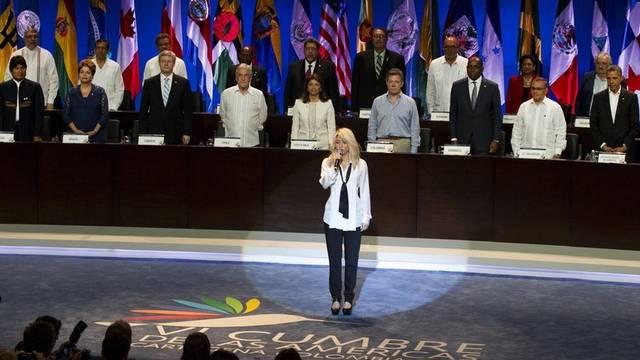 Shakira singt beim Auftakt die kolumbianische Nationalhymne