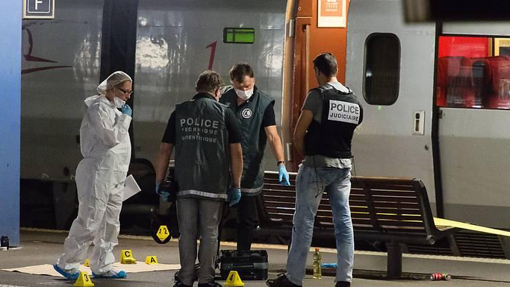 Die Polizei sucht im und vor dem Zug nach Spuren: Die Hintergründe der Tat sind noch unbekannt.